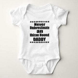 Ne sous-estimez jamais le papa de chien d'Ibizan Body
