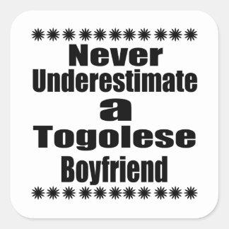 Ne sous-estimez jamais un ami togolais sticker carré