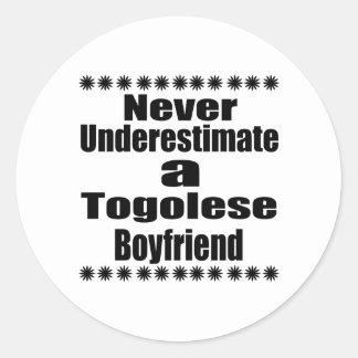 Ne sous-estimez jamais un ami togolais sticker rond