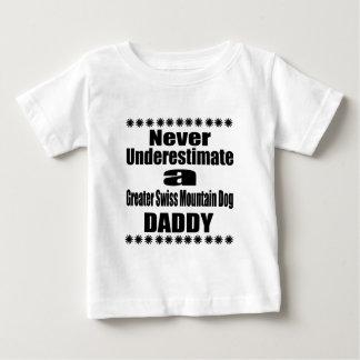 Ne sous-estimez jamais un plus grand papa suisse t-shirt pour bébé