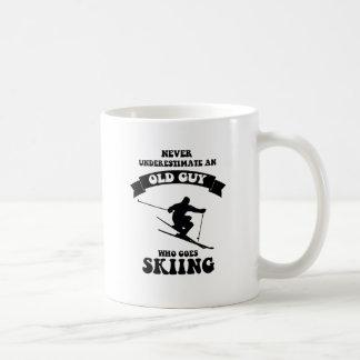 Ne sous-estimez jamais un vieux type qui va skier mug