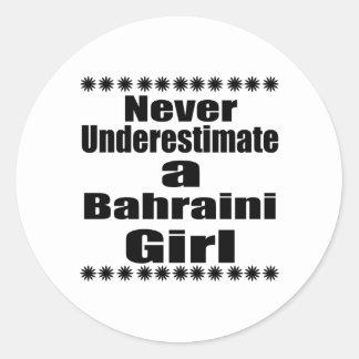 Ne sous-estimez jamais une amie bahreinite sticker rond