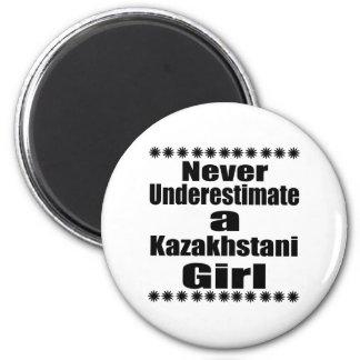 Ne sous-estimez jamais une amie de Kazakhstani Magnet Rond 8 Cm