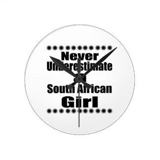 Ne sous-estimez jamais une amie sud-africaine horloge ronde