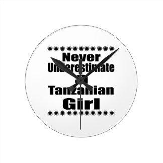 Ne sous-estimez jamais une amie tanzanienne horloge ronde