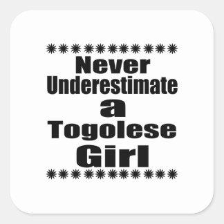 Ne sous-estimez jamais une amie togolaise sticker carré