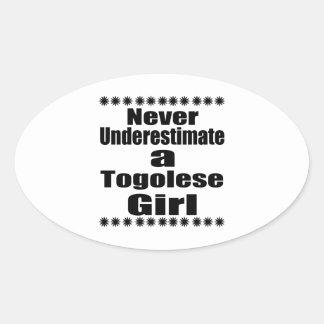 Ne sous-estimez jamais une amie togolaise sticker ovale