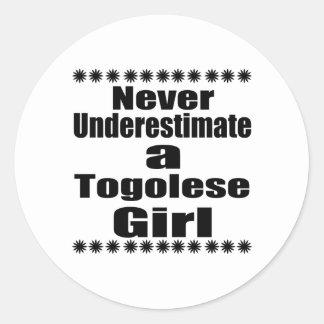 Ne sous-estimez jamais une amie togolaise sticker rond
