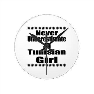 Ne sous-estimez jamais une amie tunisienne horloge ronde