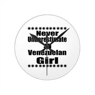Ne sous-estimez jamais une amie vénézuélienne horloge ronde