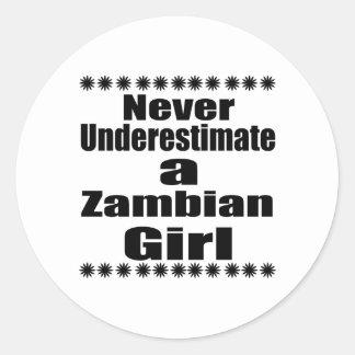 Ne sous-estimez jamais une amie zambienne sticker rond