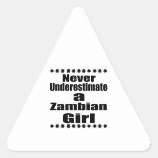 Ne sous-estimez jamais une amie zambienne sticker triangulaire