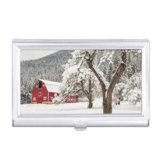 Neige fraîche sur la grange rouge porte-cartes de visite