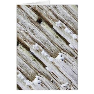 Neige sur la carte de voeux en bois de dérive
