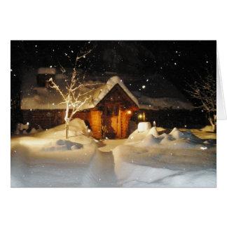 Neige tombant sur la cabane en rondins à la carte