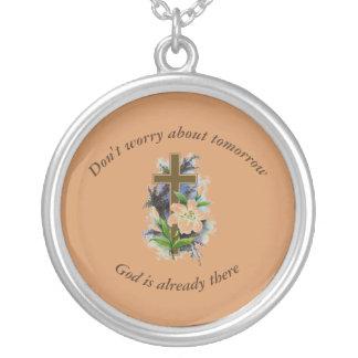 N'inquiétez pas la croix de fleur du collier
