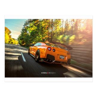 Nissan GT-R orange déchirant par des rues de Carte Postale