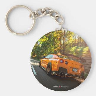 Nissan GT-R orange déchirant par des rues de Porte-clé Rond