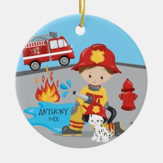 Noël mignon de garçon de brune de sapeur-pompier ornement rond en céramique