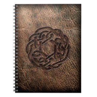 Noeud celtique rond sur le cuir carnet