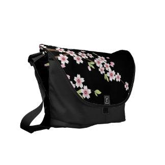 Noir avec les fleurs de cerisier roses et vertes S Besaces
