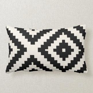 Noir géométrique et crème de motif de zigzag coussin
