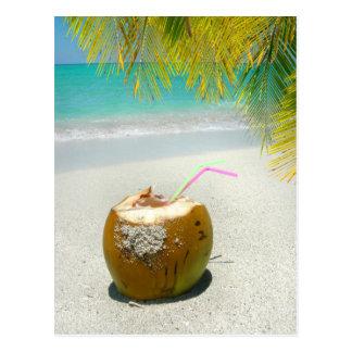 Noix de coco tropicale sur une plage dans les carte postale