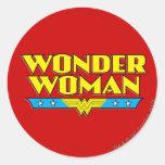 Nom et logo de femme de merveille sticker rond