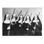 Nonnes avec des armes à feu cartes postales