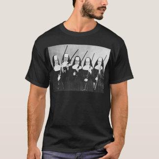 Nonnes avec des armes à feu t-shirt