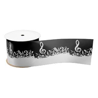 Notes musicales brouillées blanches sur le noir ruban en satin