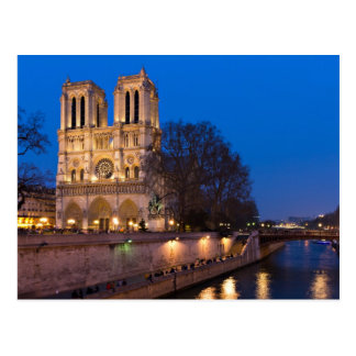 Notre Dame pendant la carte postale crépusculaire