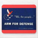 Nous le bras de personnes pour la défense tapis de souris