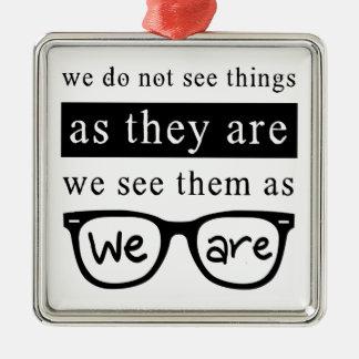 Nous ne voyons pas des choses pendant qu'ils sont ornement carré argenté
