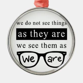 Nous ne voyons pas des choses pendant qu'ils sont ornement rond argenté