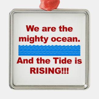 Nous sommes l'océan puissant et la marée monte ornement carré argenté