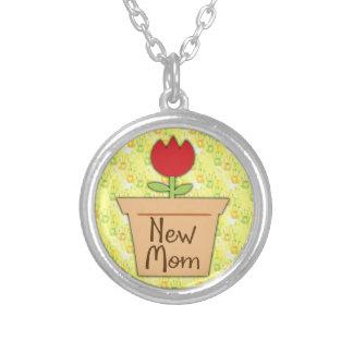 Nouvelle maman, fleur rouge mignonne de tulipe pendentif rond