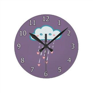 Nuage de pluie bleu heureux pleuvant les coeurs horloge ronde