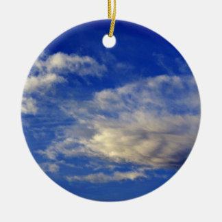 Nuage très structuré dans un beau ciel bleu ornement rond en céramique