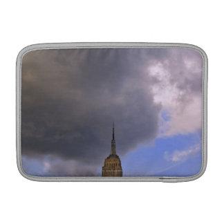 Nuages au-dessus d'Empire State Building Poches Pour Macbook Air