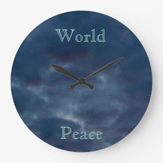 Nuages de bleu de paix du monde grande horloge ronde