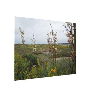 Nuages de plage et fleurs sauvages - île de chêne, toile