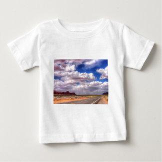 Nuages de pluie sur le chemin.  Vallée de T-shirt Pour Bébé