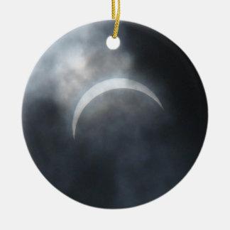 Nuages de tempête éffrayants d'éclipse 2017 ornement rond en céramique
