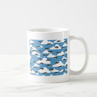 Nuages et pingouins mignons de vol mug