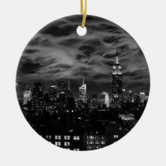 Nuages éthérés : Horizon de NYC, bâtiment BW Ornement Rond En Céramique