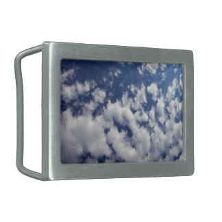 Nuages gonflés sur le ciel bleu boucle de ceinture rectangulaire
