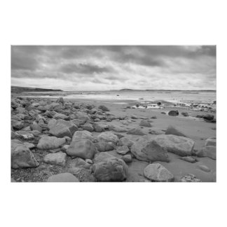 nuages orageux au-dessus de plage beal rocheuse poster