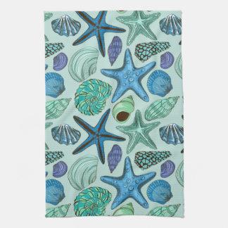 Nuances des coquillages et du motif bleus linge de cuisine