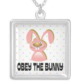 Obéissez le collier de lapin